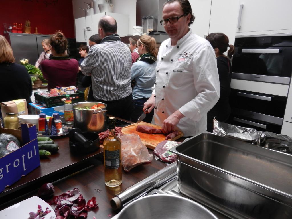 foodbloggercamp-2014-markus-beim-fleisch-schneiden