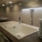 Klassische Küche mit Holz-Arbeitsplatte und Nischenrückwand mit kleinen Stein-Fliesen