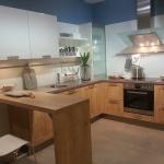 Natürliche Holzküche mit weißen Oberschränken im modernen Stil