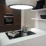 Teils grifflose Inselküche mit matten Fronten in Weiß und Braun im puristischen Stil