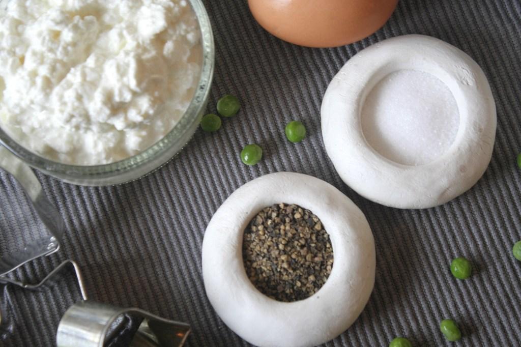 Zutaten und Gewürze für den Chicken Pot Pie Salz Pfeffer Ei Hüttenkäse