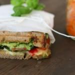 Auf Petit Things dürfen wir ein Grillgemüse-Sandwich mit Avocado anschmachten.
